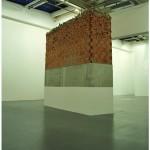 """""""AK-47"""", 2009, tijolos, concreto, tinta acrílica, massa corrida e entulho, 350 x 300 x 100 cm"""