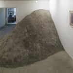 """""""Dois quartos"""", instalação, entulho de um dormitório demolido fossilizado com cimento e desenho sobre cópia heliográfica de planta arquitetônica, dimensões variáveis, da esposição individual """"O instante interminável"""", Galeria Jaqueline Martins, São Pailo, SP, 2015"""
