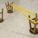 """""""Isolante (vértice)"""", 2008, metal e bancos de madeira, 46,5x194x100 cm"""