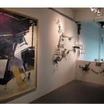 """""""Nuvem de Chumbo, Buda de Jade II"""", 2012 (Desenho) e """"Revel Livre"""", 2012/2013 (instalação) óleo sobre papel 200x130 cm. Kits de plastimodelismo, dimensões variáveis. Vista da Mostra """"Travessias 2"""", Galpão Bela Maré, RJ, 2013."""