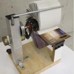 Sem título, 2011, mecanismo elétrico, alumínio, papel e madeira, 30x20x20 cm