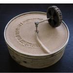 """""""O esquecimento é destruir, não construir"""", 2011, lata de biscoito, circuito elétrico e areia, 12x18,7 cm"""