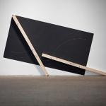 """""""Inclinação a Esquerda"""", 2010, madeira e tinta, 140x230x8 cm"""