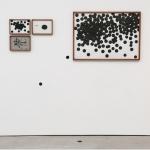 """""""Entre a Precisão e o Acaso"""", 2012, desenhos emoldurados, pintura na parede e ferro no chão"""