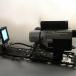 """""""Auto-reverso"""", 2007, câmera digital, mecanismo elétrico, estrutura metálica, dimensões variáveis"""