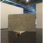 """""""Desvio de Poder"""", 2011, bloco de concreto, tinta sintética epóxi e lata de tinta, dimensões variáveis"""