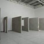 """""""Equivalência provisória"""" (vista da instação), 2014, instalação, módulos de alvenaria e ouro, dimensões variáveis"""