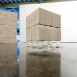 """""""Base Hierarquica"""", 2011, bloco de concreto, copo americano e taça de cristal, dimensões variáveis"""
