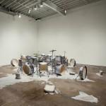 Metade da fala no chão - bateria | cinco baterias e cera microcristalina | aprox. 200x700x500cm | 2010 | Coleção Cisneros Fontanals Art Foundation, Miami, EUA | foto Oriol Tarridas