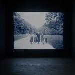 """""""Flautista (7.918 frames)"""" (still), 2013, vídeo-projeção, 4'24"""" em loop, vista da exposição """"Estranhamente Familiar/Unheimlich"""", Instituto Tomie Ohtake, São Paulo, SP, 2013"""