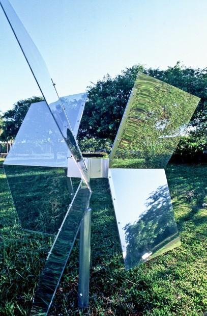 Cata-vento. Brasília, 2000. Intervenção na paisagem. Aço, acrílico e película reflexiva semitransparente,  2,50 m x 2,20 m.