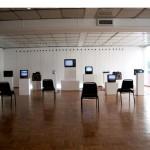 """""""Feitiço"""", 2005, Galeria de Arte IBEU, instalação, televisores, alto falantes, fios e CD player, dimensões variáveis"""