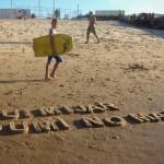 """""""Fui mijar sumi no mar - Block letter"""", 2015, texto moldado na areia da praia, realizado com a comunidade do Poço da Draga e os artistas da mostra """"Ocupações"""", BNB, Fortaleza, CE, foto de Naiana Magalhães"""
