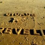 """""""Cidade à revelia - Block letter"""", 2015, texto moldado na areia da praia, realizado com a comunidade do Poço da Draga e os artistas da mostra """"Ocupações"""", BNB, Fortaleza, CE, foto de Ronald Duarte"""