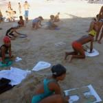 """""""Block letter"""", 2015, texto moldado na areia da praia, realizado com a comunidade do Poço da Draga e os artistas da mostra """"Ocupações"""", BNB, Fortaleza, CE, foto de Naiana Magalhães"""
