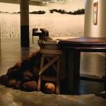 """""""Delírios de Catharina"""", 2014, instalação, açúcar, madeira, sangue de boi e resina"""