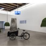 """""""Gira"""" (arruda e motor) e """"Fumacê do Descarrego"""", instalação na mostra """"Capacete"""", Portikus, Frankfurt, Alemanha, 2013"""