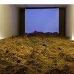 """""""Deserto"""", 2007, 7 canais de áudio, projeção, areia, alto falantes, fios, luz e materiais diversos, dimensões variáveis"""