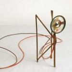 """""""Anjo"""", 2006, MAM-RIo, 1 canal de áudio, alto falante, ferro, fios e CD player, 3,5x2,5x8 cm"""
