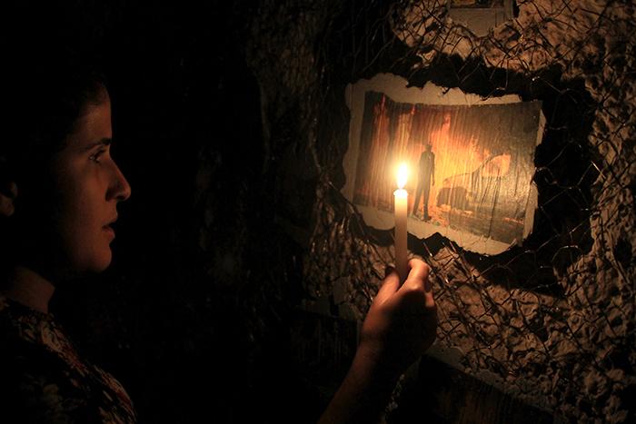 """""""A Mão no Fogo"""", 2015, concreto, correntes, recortes de jornal e velas, detalhe da instalação na exposição """"Quarta Feira de Cinzas"""", Parque Lage, Rio de Janeiro, RJ"""