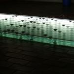 """Nympheas"", 2006, vidro, espellho, luz, alto-falantes, fios, cd players e mini-amplificadores, 20x320x120 cm"