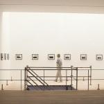 """""""NAU"""", fotografias, plataforma de madeira e andaime, vista da instalação na Galeria Progetti, Rio de Janeiro, RJ, 2013"""