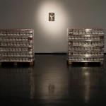 """""""Juízo Final"""", 2012, pallets de madeira, papelão e plástico, 1080 litros de leite e 1080 embalagens de leite esvaziadas, 115x115x115 cm (cada pilha), vista da exposição """"PIPA 2012"""", MAM-Rio, Rio de Janeiro, RJ"""