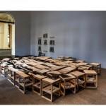 """""""Paisagem impressa"""", 77 bancos com silkscreen sobre plywood, 231x363cm, 77 livros indicados por colaboradores do projeto, Seminário no Rio de Janeiro - """"Passado e presente"""", 2013. Foto de Sérgio Araújo."""