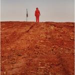 """Enquanto Todos Olham a Lua"", 2012, registro fotográfico de performance, 100x150 cm"