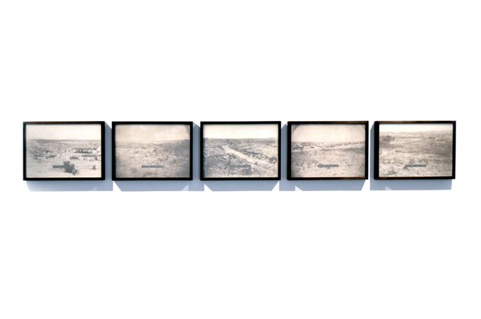 """""""Espera quase presença"""", 2013, fotografias em papel algodão, video jateado e rótulo em relevo, 160x30 cm"""