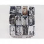 """""""As Que Alimentam"""", da série """"Marmitas"""", 2004, instalação, emulsão fotográfica liquida impressa sobre aluminio, dimensões variadas"""