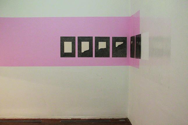 """""""Escrito"""", 2013, desenho sobre papel e fita adesiva, dimensões variáveis"""
