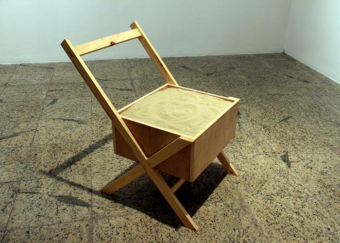 """""""Duna Imóvel"""", 2014, objeto, madeira e areia de praia"""