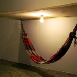"""""""Espera Deitado"""", 2014, instalação, madeira, cabos de aço, lâmpada e rede para caminhoneiro"""