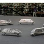 """""""Gelo Baiano"""", 2010, instalação, conjunto de prismas de concreto retirados das ruas e rodas de silicone com articulação de 360º, dimensões variáveis"""