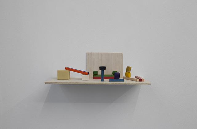 """""""Paisagem pequena"""", 2014, madeira balsa, aquarela, pastel seco e borracha, 6x15x6 cm"""