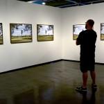 Visitante do Museu observa a obra de Alice Miceli