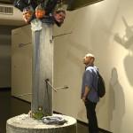 Visitante observa a escultura de Thiago Martins de Melo
