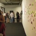 O público deixa recados nos tradicionais post-its que colorem a área de convivência