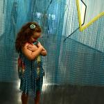 Criança interage com a obra de Daniel Steegmann Mangrané