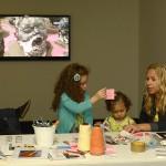 As crianças aproveitam o espaço da área de convivência para se divertir durante a abertura