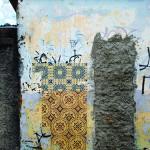 """""""Azulejos de Papel"""", projeto desenvolvido desde 2008, séries de imagens de azulejos impressas em off-set sobre papel jornal em tamanho natural (15×15 cm) instalados em muros de casas abandonadas"""
