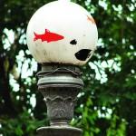 """""""Aquários suspensos"""", 2007, intervenção em luminárias de praças públicas, na qual globos de luz são """"transformados"""" em aquários através da aplicação de imagens de peixes"""