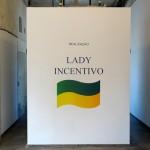"""""""Lady Incentivo: Realização"""", 2013, adesivo vinil com recorte plotado, 1x1,48 m"""