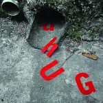 """""""Enxurrada de letras"""", 2004, letras vinílicas coladas como se estivessem escorrendo dos escoadouros de muros e calçadas"""