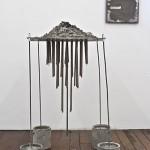 """""""Gruta exercício auto-intitulado"""", 2011, instalação, metal, cimento, resina, madeira e fotografia, 1,20x1,10x1,10 m"""