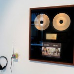 """""""Iracema/America"""", 2014, instalação, rádio em looping e disco de ouro, dimensões variadas"""