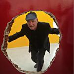 """Antonio Manuel em sua instalação """"Nave"""", exposta no Pavilhão do Brasil, foto de Patricia Rousseaux"""