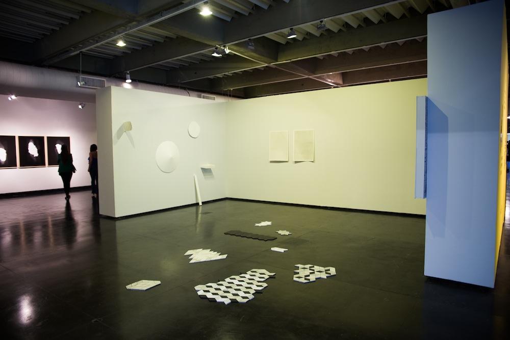 Vista da exposição, sala de Cristiano Lenhardt em 1º plano