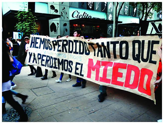 """""""México, 2014. Ayotzinapa Vive!"""" (da série """"Movimento""""), 2015, fotografia digital colorida, 60x80 cm"""